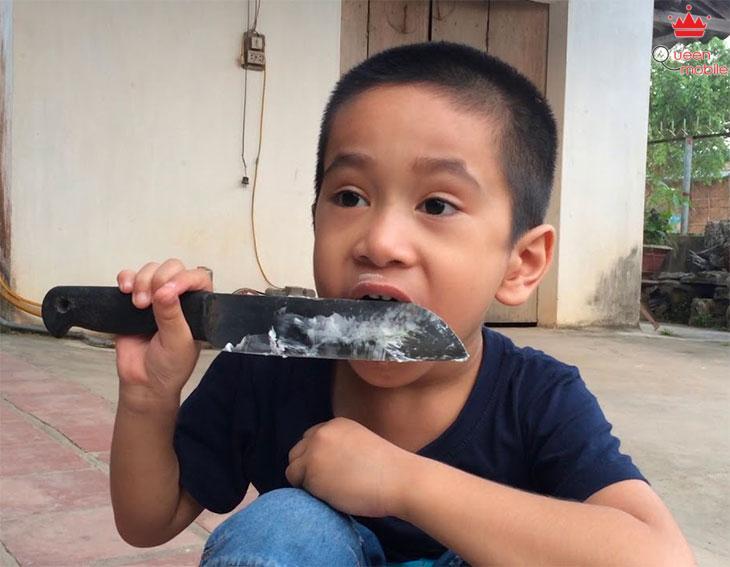 KHông liếm lưỡi dao