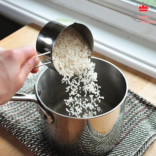 3. Nước sôi, cho gạo, muối, bơ hoặc dầu vào nồi đảo nhẹ nhàng.