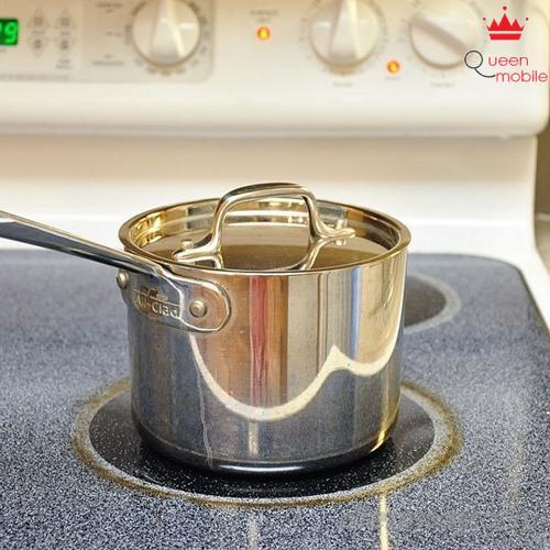 4. Đậy nắp lại, mở lửa nhỏ. Lưu ý không mở nắp trong khi đang nấu vì sẽ làm mất chất dinh dưỡng và ảnh hưởng tới thời gian nấu.