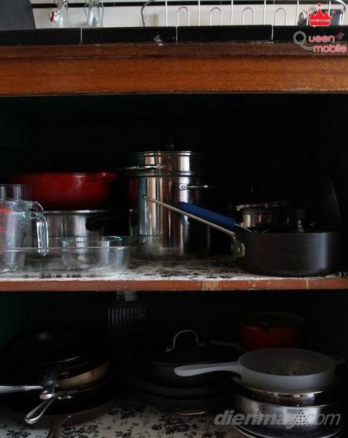 Phía dưới kệ bếp là không gian tuyệt vời cho cả lưu trữ và trưng bày bộ dụng cụ nấu nướng của bạn.