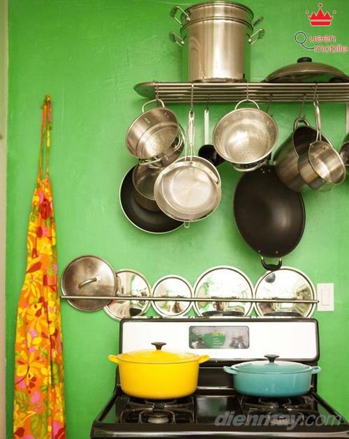 Treo gọn những chiếc chảo trên bếp nấu giúp bạn thao tác nấu nướng nhanh hơn