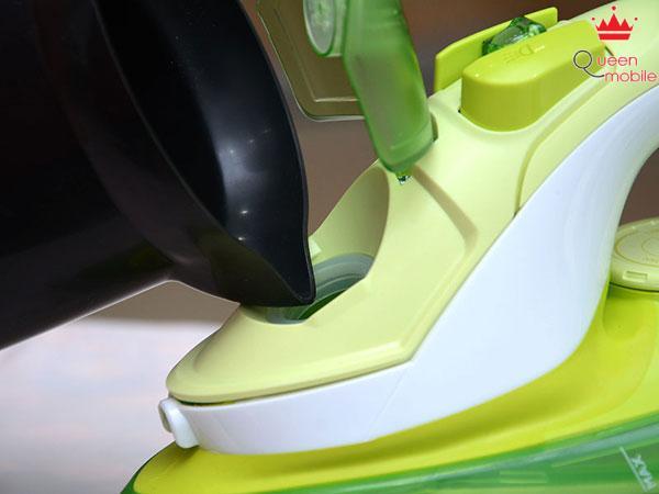 Đổ nước vào tối đa đến vạch max trên thân bàn ủi