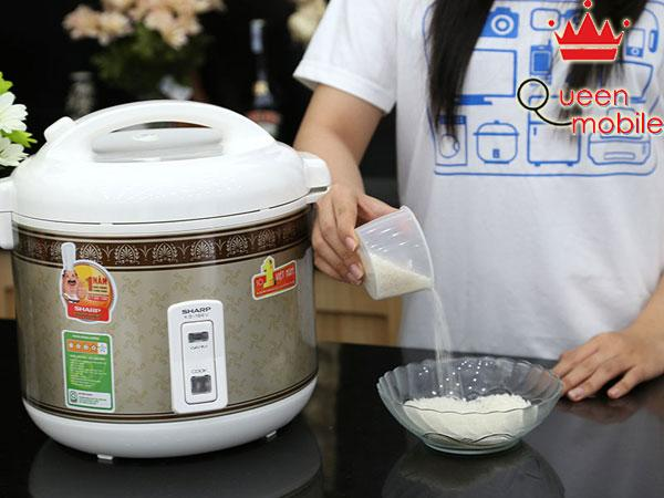 Đong gạo với lượng cần thiết vào một tô lớn