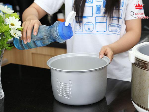 Thêm lượng nước phù hợp với lượng gạo vào nồi