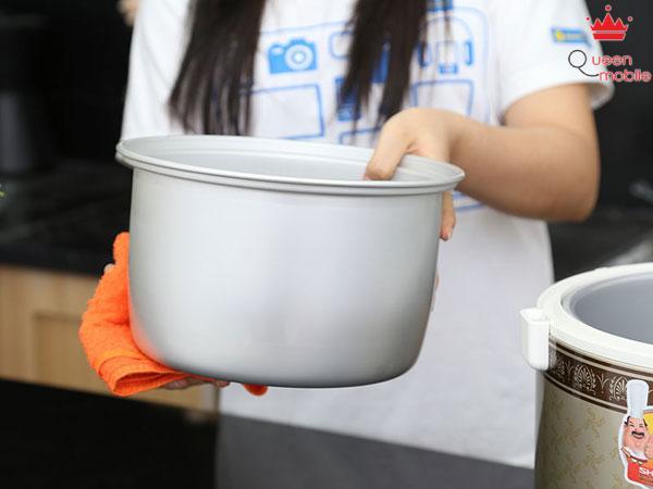 Dùng khăn khô lau sạch hơi nước và gạo đọng lại quanh nồi