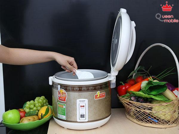 Xới trộn cơm sau khoảng 15 phút giữ ấm