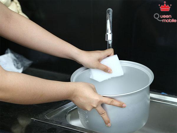Dùng xốp mềm lau nhẹ nhàng bên trong nồi