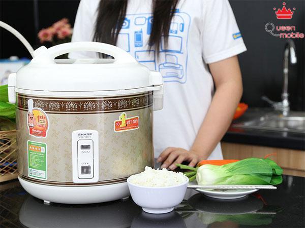 Khi lau chùi sạch nồi ta có thể sử dụng nồi để nấu cơm