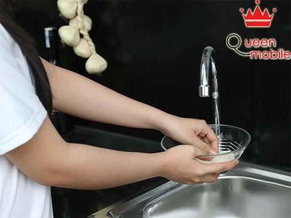 Dùng tô để vo lượng gạo vừa đong