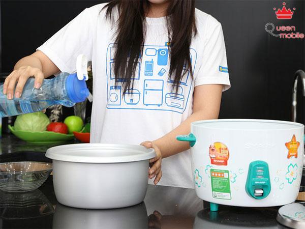 Cho thêm nước vào nồi với số lượng phù hợp với lượng gạo
