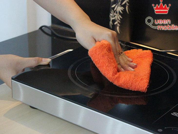 Lau sạch mặt bếp