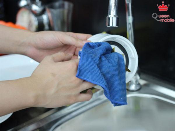 Rửa sạch lưỡi dao cắt bằng nước