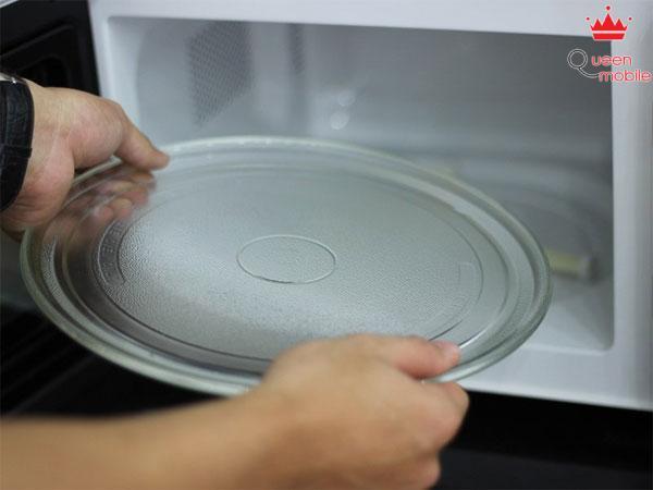 Lấy đĩa nướng thủy tinh ra bên ngoài