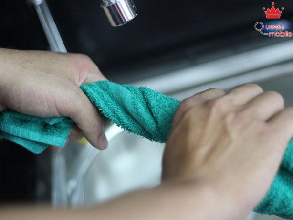 Sử dụng khăn làm ướt vắt thật khô