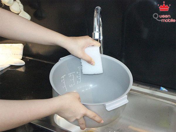 Dùng xốp rửa nhẹ nồi cơm