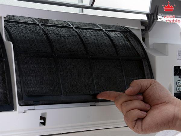 Phin lọc rất dễ tháo lắp; vệ sinh chỉ cần xịt mạnh nước để bụi bẩn rơi ra