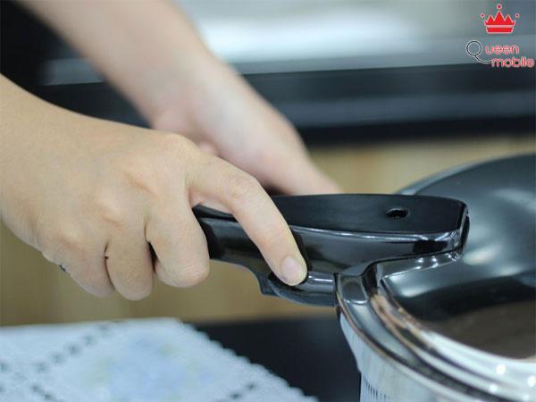 Cầm vặn ngược chiều tay cầm để tách nắp nồi và nồi ra.