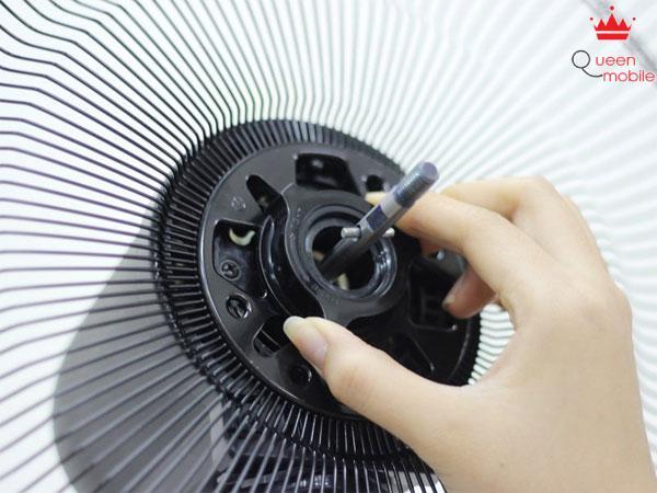 Vặn chặt ốc bảo vệ khung quạt để cố định phần khung vừa được lắp vào