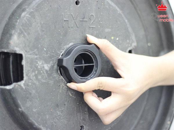 Vít chặt bánh xe đỡ ở phía dưới của chân đế để khóa chật thân quạt và chân đế