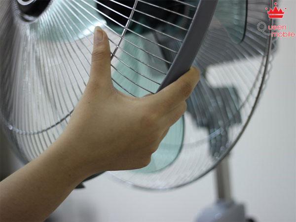 Bạn có thể tháo lồng quạt bằng cách kéo nhẹ vào khung viền của quạt