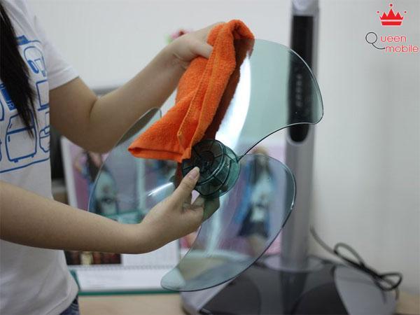 Dùng khăn sạch lau hết bụi bẩn trên cánh quạt