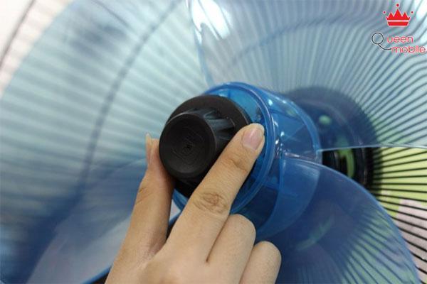 Lắp tán cánh bằng cách vặn tán cánh theo chiều ngược kim đồng hồ
