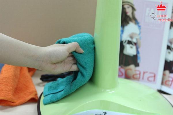 Dùng khăn lau sạch bụi ở thân quạt