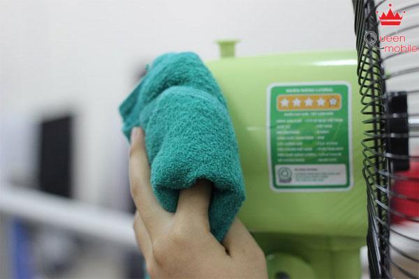 Dùng khăn lau sạch bụi ở đầu động cơ quạt