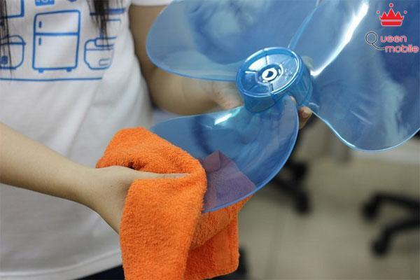 Dùng khăn mềm lau sạch bụi trên cánh quạt