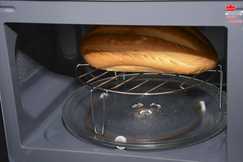 Nướng bánh mì trên một loại lò vi sóng có nướng