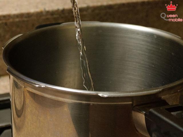 Cho nước vào nồi