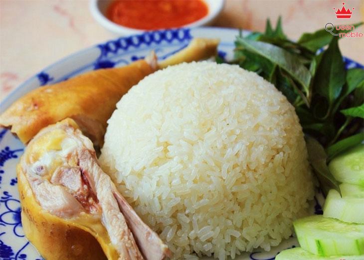 Món cơm gà thơm ngon được nấu từ nước luộc gà