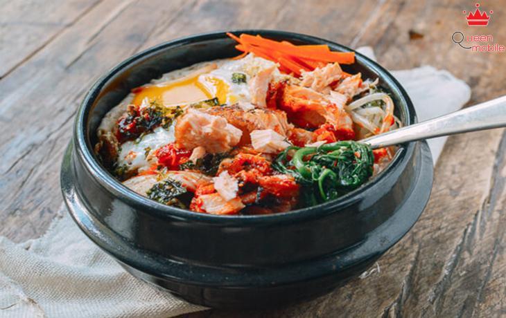 Cách làm cơm trộn Hàn Quốc với cá hồi và cải bó xôi bằng nồi cơm điện