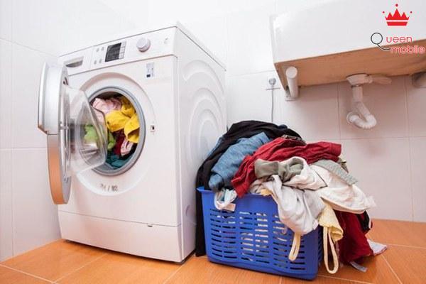Cho vào máy quá nhiều quần áo cũng là nguyên nhân khiến cho máy bị rung mạnh và ồn