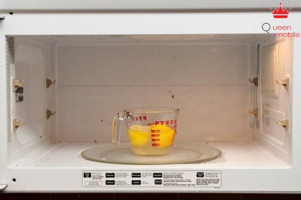Đặt cốc nước vào lò bật cho quay trong vòng 3 phút