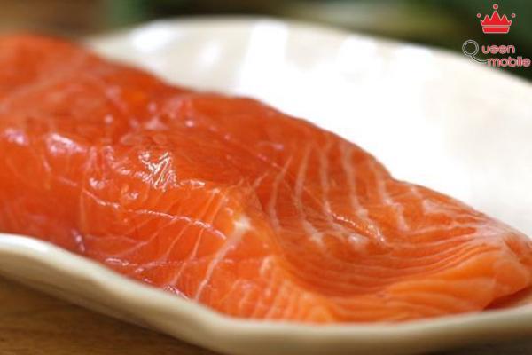 Khoảng nửa tiếng trước khi chế biến món ăn, bạn bỏ cá từ ngăn đông lạnh ra và dùng lò vi sóng để rã đông