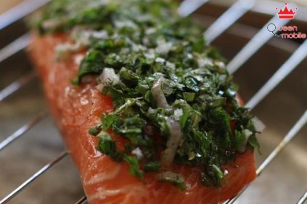 đặt miếng cá lên vỉ nướng, lưu ý phía dưới vỉ nướng, phủ một lớp rau vừa trộn lên mặt miếng cá.