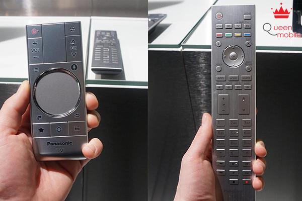 Remote thông minh cho phép tìm kiếm bằng giọng nói (bên trái)