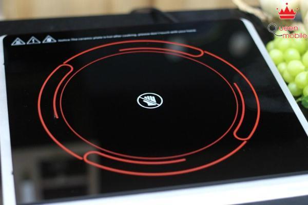 Bếp hồng ngoại khi hoạt động phát ra ánh sáng màu đỏ trên vòng tròn
