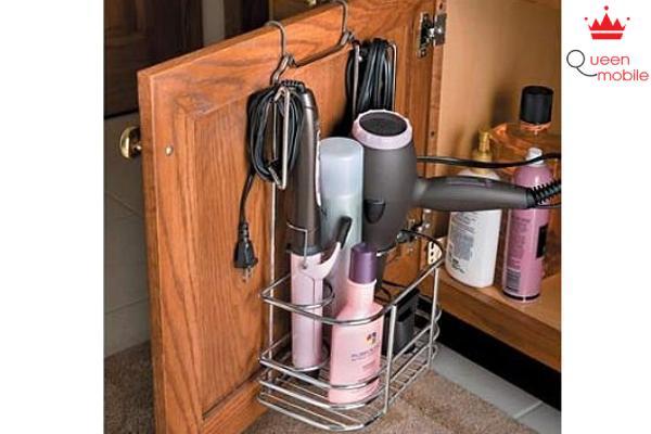 Cất giữ các thiết bị chăm sóc tóc bằng cách cố định kệ chứa trên cửa tủ