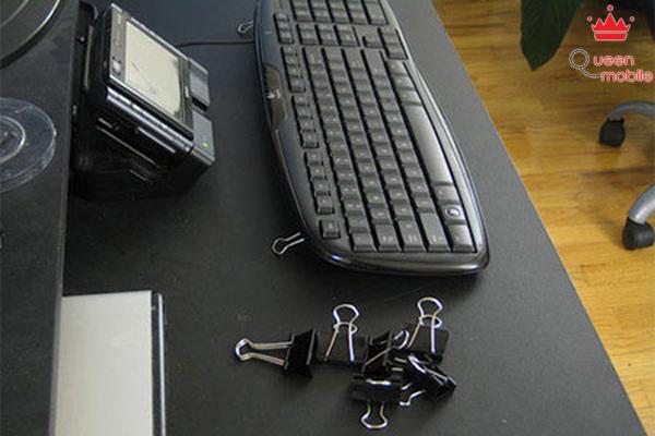 Ghép một phần kẹp giấy vào phía sau bàn phím máy tính