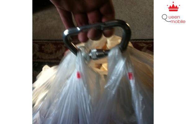 Xách nhiều túi đồ thật đơn giản nhờ một mẹo nhỏ