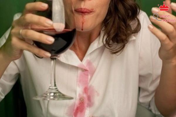Dùng rượu vang trắng để loại trữ vết bẩn của rượu vang đỏ
