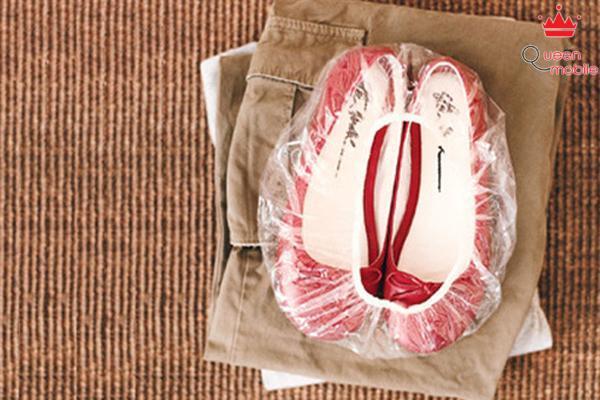 Cho giày vào trong mũ tắm rồi mới đặt vào vali