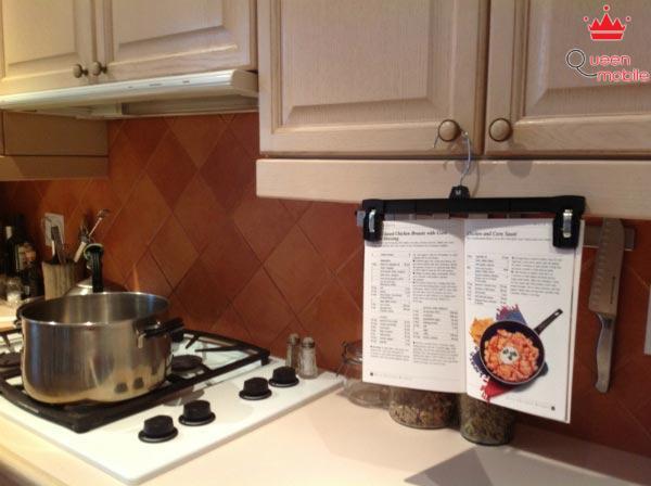 Dùng móc quần áo để treo sách hướng dẫn nấu ăn lên