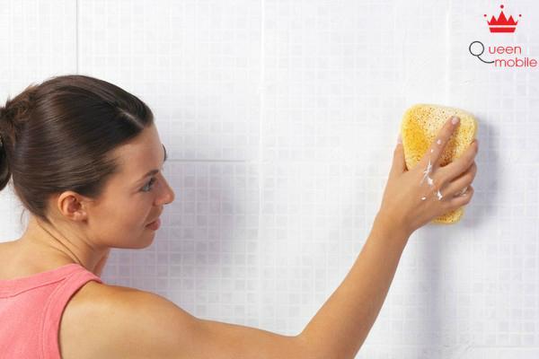 Dùng bánh mì có thể chà sạch vết bẩn tường nhà
