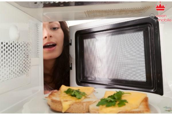 Lò vi sóng tiện lợi để hâm nóng thức ăn, nướng bánh