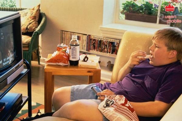 Vừa ăn vừa xem tivi cũng không tốt