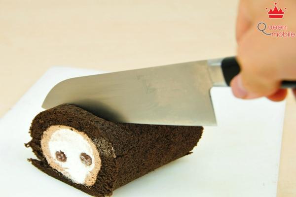 Dùng dao nóng cắt để bánh không bị nát và dính