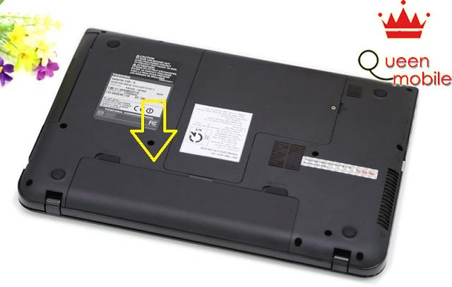 Pin nằm ở mặt dưới của máy